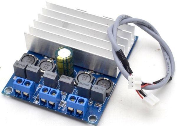 Jak připojím kondenzátor k zesilovači