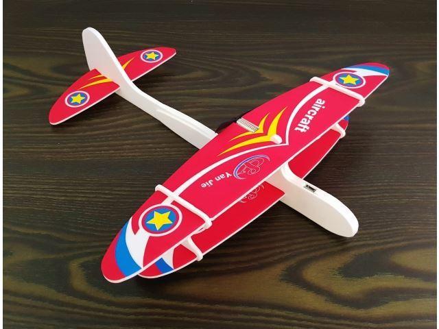 Dvouplošníkové pěnové letadlo s motorem